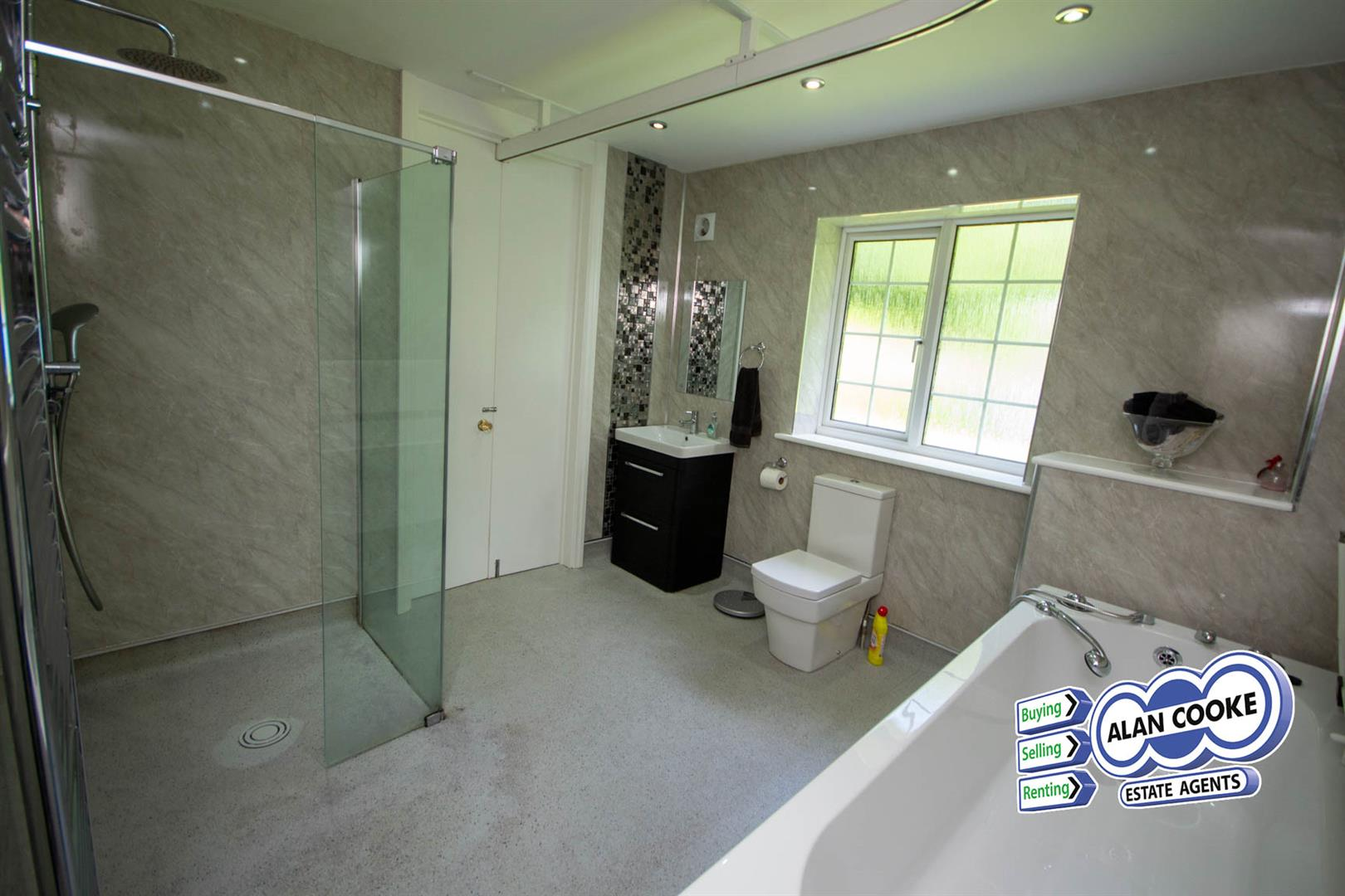 LUXURIOUS EN-SUITE BATHROOM